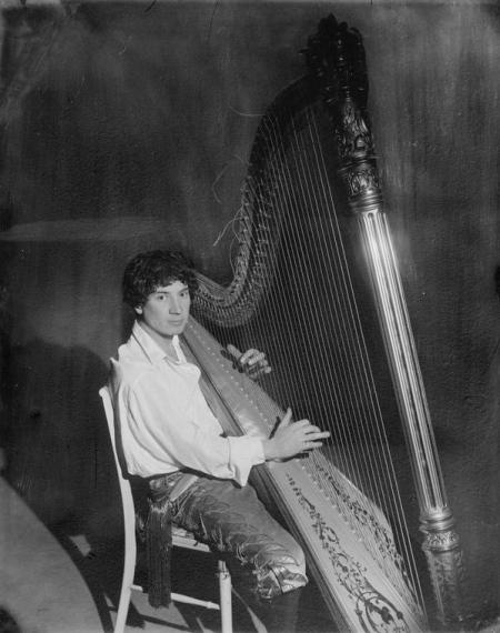 Harpo_Marx_playing_the_harp
